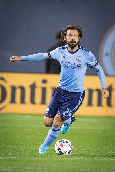 Pirlo durante os poucos momentos em que tocou na bola contra o Columbus Crew (Foto: Ira L. Black/Corbis via Getty Images)