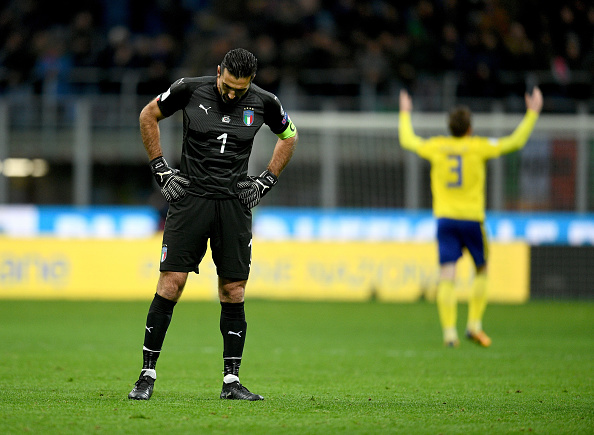 Buffon desolado no gramado do San Siro (Foto: Claudio Villa/Getty Images)