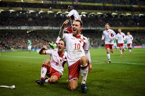 Eriksen comemora um de seus três gols marcados no Aviva Stadium (Foto: Lars Ronbog/FrontZoneSport via Getty Images)