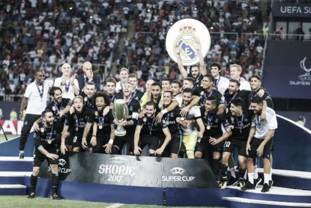Ao vencer o United, Real Madrid conquistou o bi campeonato da Supercopa da UEFA (Foto: Reprodução/Getty Imagens)