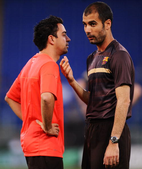 Xavi e Guardiola durante treino do Barça, em 2009 (Foto: Jasper Juinen/Getty Images)