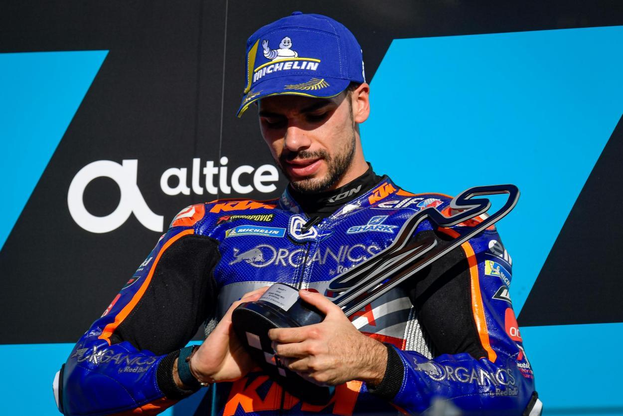 Miguel Oliveira celebrando su victoria en el podio.   FOTO: motogp.com