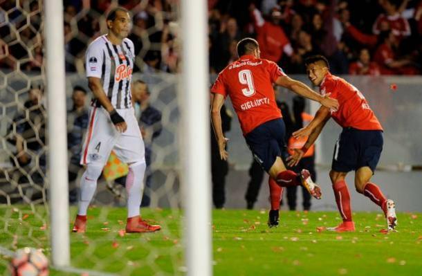 Emmanuel Gigliotti marcou os gols que classificaram o Independiente para a decisão da Sul-Americana (Foto: Getty Images)