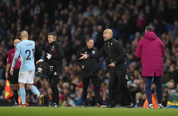 Guardiola orienta David Silva, que marcou gol da virada dos Citizens (Foto: Manchester City FC)