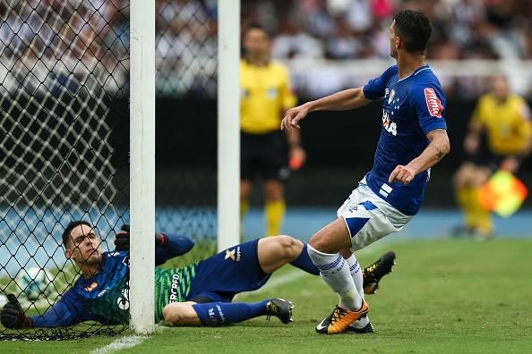 Thiago Neves em seu confronto com o goleiro Gatito (Foto: Buda Mendes/Getty Images)