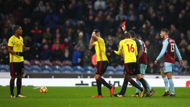 Richarlison se toma la cabeza ante la roja a Zeegelaar   Foto: Premier League.