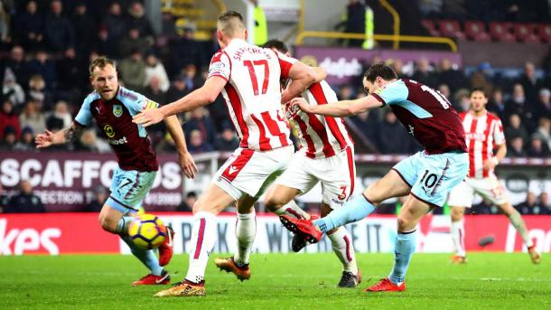 Barnes dispara para darle la victoria a Burnley | Foto: Premier League.