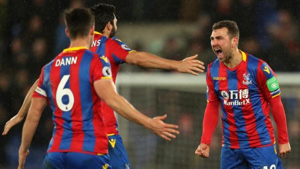 James McArthur grita con fuerza el gol de la victoria   Foto: Premier League.