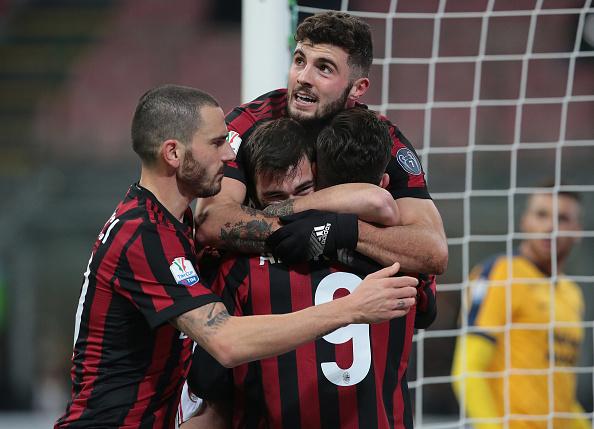 Jogadores comemoram o gol de Romagnoli (Foto: Emilio Andreoli/Getty Images)