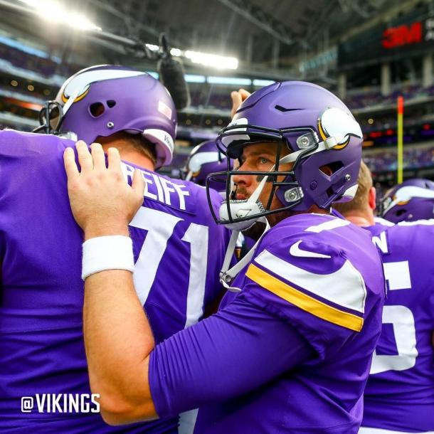Case Keenum se abraza a sus compañeros. Fuente: Minnesota Vikings