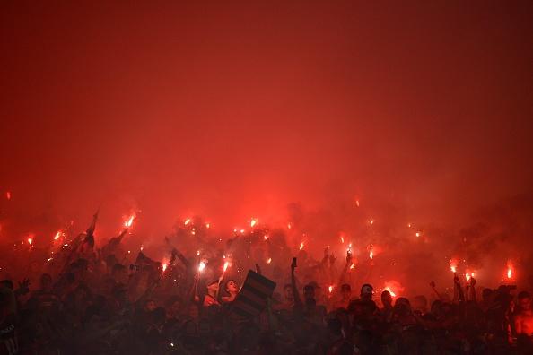 Torcida do Flamengo fez festa com sinalizadores, mas viu título ficar com Independiente (Foto: Anadolu Agency via Getty Images)