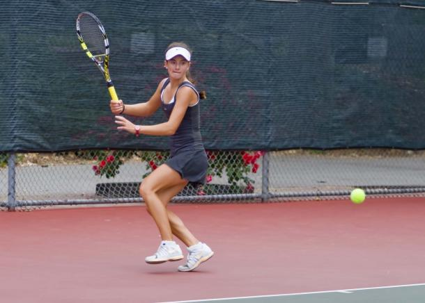 Catherine Bellis hits a forehand during a junior tournament in 2013. | Photo: John Togaski