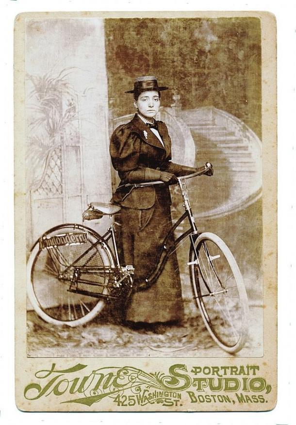 Annie Londonderry y su bicicleta en Boston (Pinterest)