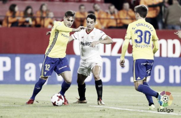 Rober Correa pugna el balón con Ben Yedder | Foto: LaLiga