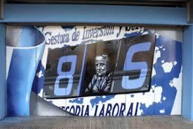 Grabado, en las puertas de Mendizorroza, con Donato y su marcador. Fuente: deportivo alavés