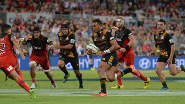 Seta Tamanivalu on his way to the try-line for the Chiefs (image via: foxsports.com.au)