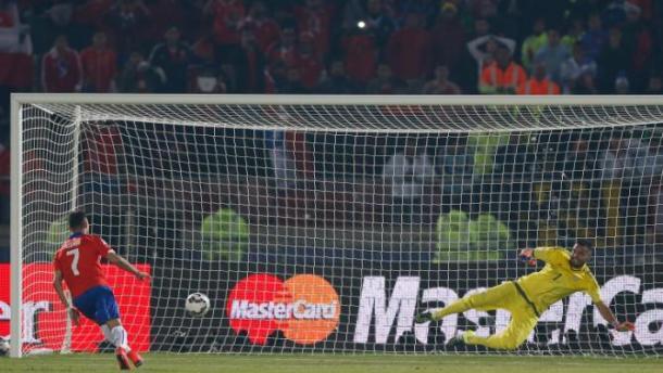 Chile's Alexis Sanchez scoring past Argentina's Sergio Romero. Photo: AP