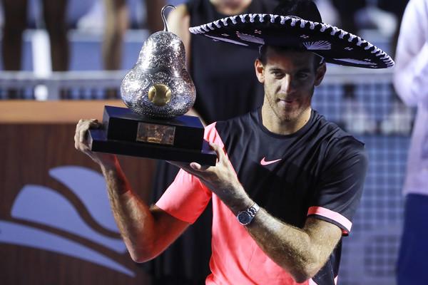 Juan Martin del Potro hoists his trophy in Acapulco. Photo: Hector Vivas/STR/Getty Images