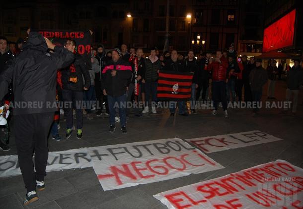 Aficionados del CF Reus en la Plaza Mercadal   Foto: Andreu Rauet (VAVEL)
