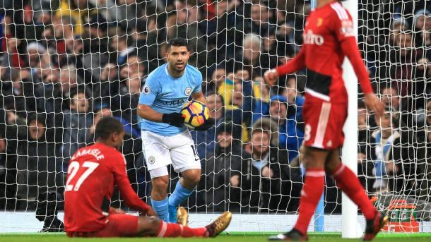 Agüero busca el balón tras el gol en propia puerta de Kabasele | Foto: Premier League.