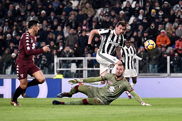 Mandzukic toca de cavadinha e encobre o goleiro Savic (Foto: Daniele Badolato/Juventus FC)