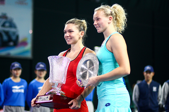 Halep and Siniakova during the trophy ceremony | Photo: Zhong Zhi / Getty Images AsiaPac