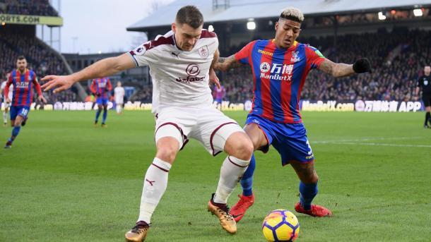 Vokes disputa el balón con Van Aanholt | Foto: Premier League.