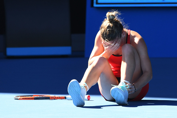 Simona Halep grabbing her ankle after scary fall | Photo: Quinn Rooney/Getty Images