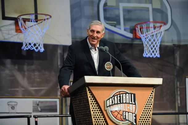 Sloan dando un discurso en el Hall of Fame. Fuente: Utah Jazz