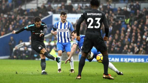Hazard dispara para marcar el primero de Chelsea   Foto: Premier League.