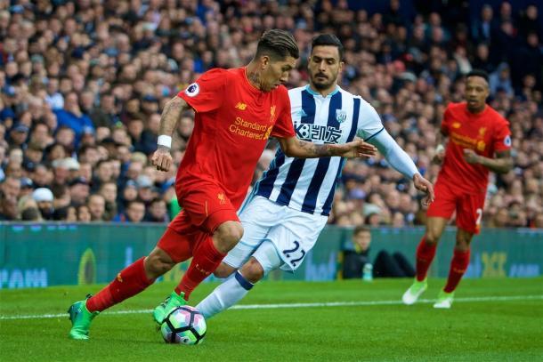 Firmino manejando el balón ante un jugador del West Brom | Imagen: Liverpool FC