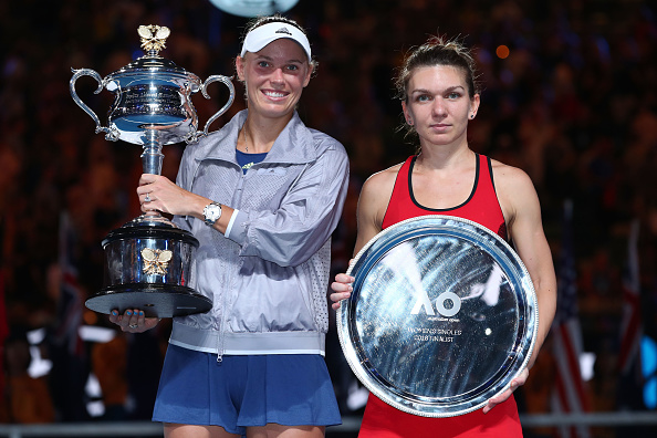 Wozniacki and Halep poses with their respective trophies during the trophy ceremony | Photo: Clive Brunskill/Getty Images AsiaPac