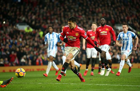 Sánchez pega o rebote do pênalti e marca seu primeiro gol pelo United (Foto: Alex Morto/Getty Images)