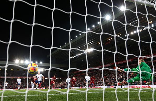 Kane deslocou Karius no pênalti decisivo, empatou o jogo e marcou o seu 100º com a camisa do Tottenham pela Premier League (Foto: Clive Brunskill / Getty Images)