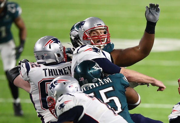 Pressão, fumble e derrota: momento em que Brady sofre o strip sack de Brandon Graham | Foto: Gregory Sheamus via Getty