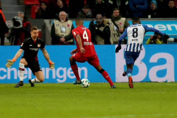 Kalou finaliza para o segundo gol do Hertha (Foto: Getty Images)