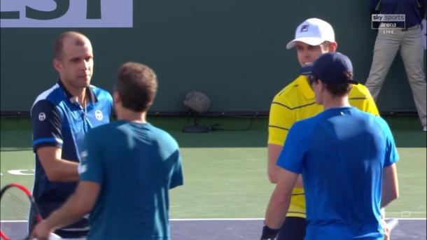 Jamie Murray and Bruno Soares congratulate Gilles Muller and Sam Querrey after their victory (Photo: Twitter)