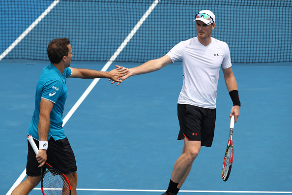 Jamie Murray and Bruno Soares high five after winning a point (Photo: Clive Brunskill/Getty Images)
