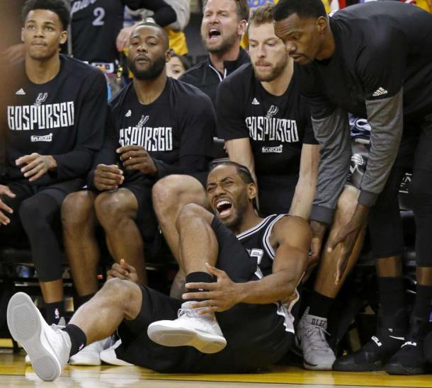Leonard's injury in the third quarter changed the game/Photo: Edward A. Ornelas/San Antonio-Express News