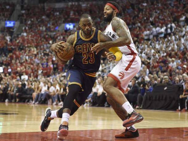 LeBron attacca James Johnson. (fonte immagine: sfgate.com)