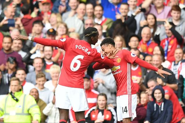 Reencontro: companheiros na base, Lingard e Pogba comemoram gol com o famoso 'dab' | Foto: Anthony Delvin/AFP/Getty Images