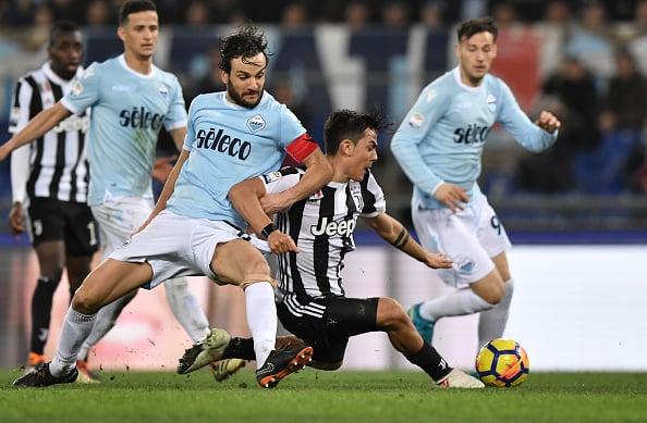 Quase no chão, Dybala desloca um chute indefensável para dar a vitória à Juventus, no Olímpico (Foto: Tiziana Fabi/AFP)
