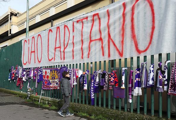 Garotinho observa as grades do Artemio Franchi recheadas de homenagens a Astori (Foto: Gabriele Maltinti/Getty Images)