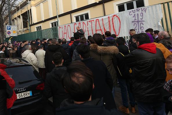 Vários torcedores se reuniram em frente ao Artemio Franchi (Foto: Gabriele Maltinti/Getty Images)
