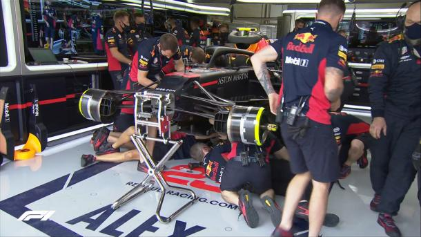 Mecáncios de Red Bull arreglando averías. Foto: F1