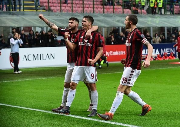 Cutrone e André Silva, autores dos gols do Milan no segundo tempo, comemoram ao lado de Bonucci (Foto: Miguel Medina/AFP)