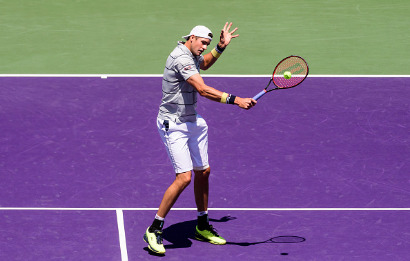 John Isner strikes a backhand shot (Photo: Mike Frey/Getty Images)