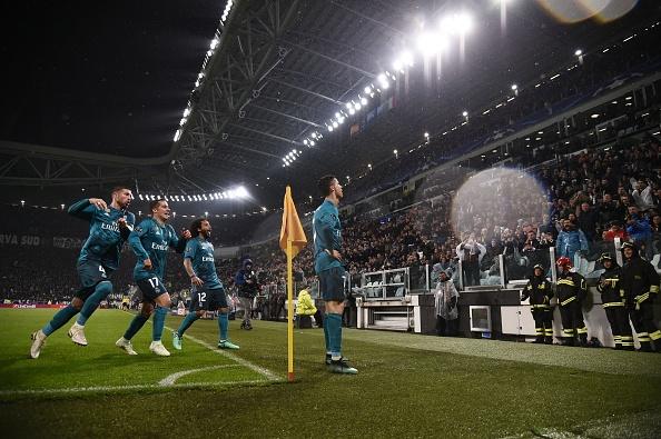 Cristiano Ronaldo recebeu o carinho da torcida juventina após o golaço (Foto: Marco Bertorello/AFP)