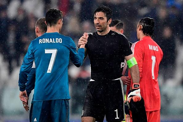 Ronaldo e Buffon se cumprimentam após o fim do jogo, no Allianz Stadium (Foto: Javier Soriano/AFP)