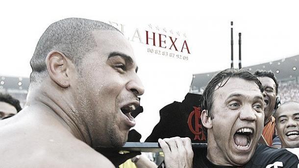 Adriano e Petkovic comemoram o título do Hexacampeonato Brasileiro pelo Fla. Adriano foi artilheiro na ocasião, com 19 gols. (Reprodução / EFE)